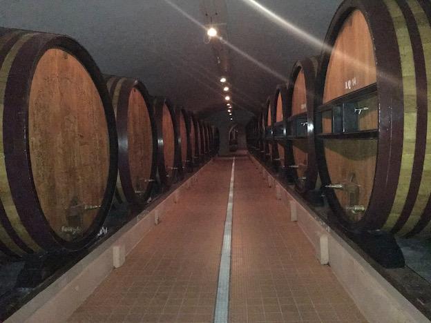 150 foudres en chêne renferment les vins de réserve de 2 à 8ans et les futures liqueurs d'expédition sur la base de Cristal mais de 10 à 12 ans