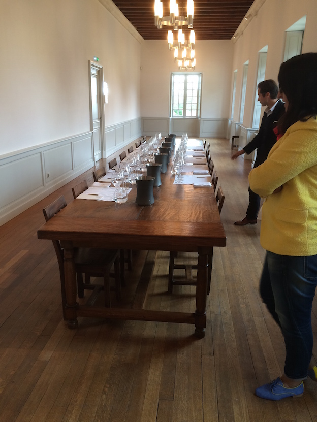 Table de dégustation au milieu de l'ancienne Bibliothèque de Dom-Pérignon